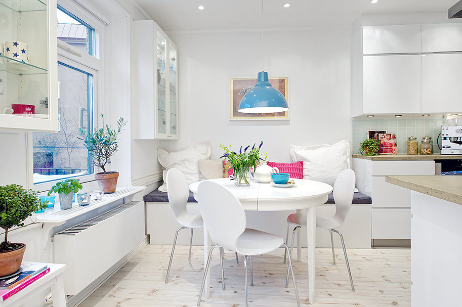 белая кухня с цветными элементами