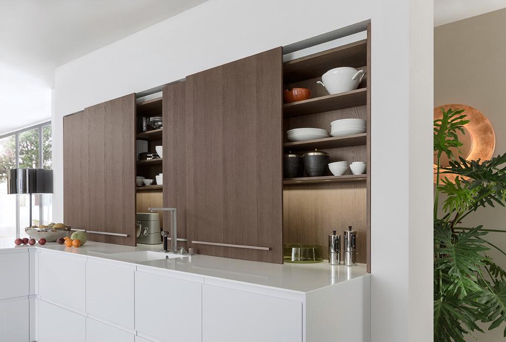 кухня с раздвижными дверцами